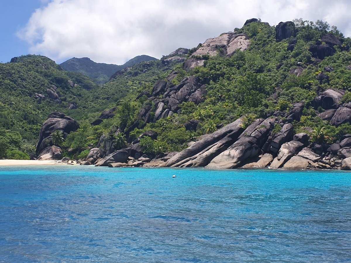 Noordwestkust van Mahé op de Seychellen